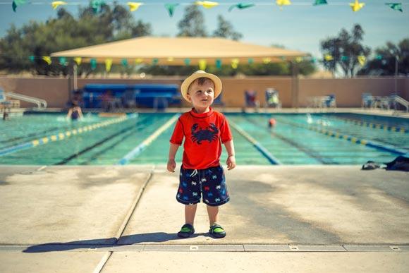 мальчик возле бассейна