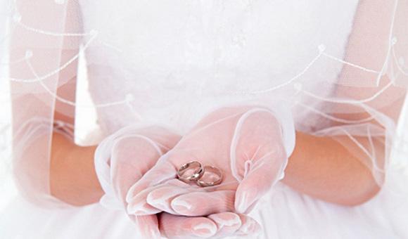 невеста держит кольца