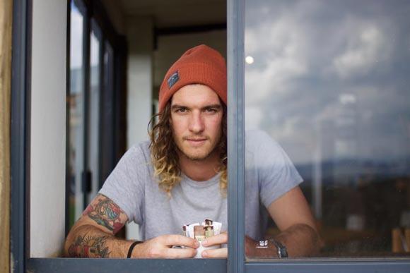 парень в окне