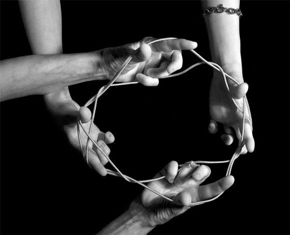 руки плетут веревку