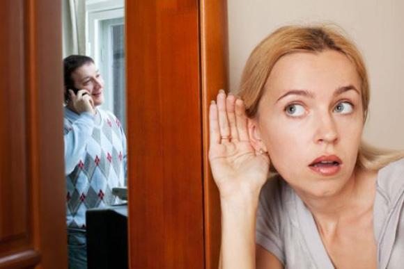 подслушивает мужа