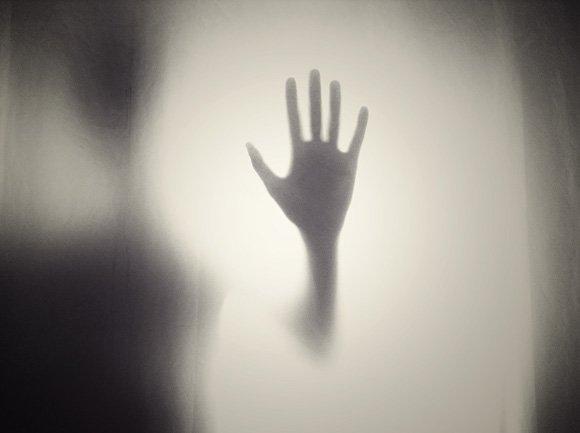тень руки