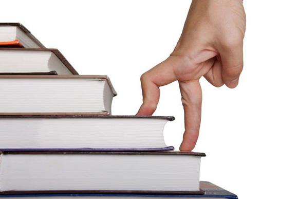 пальцы на книгах