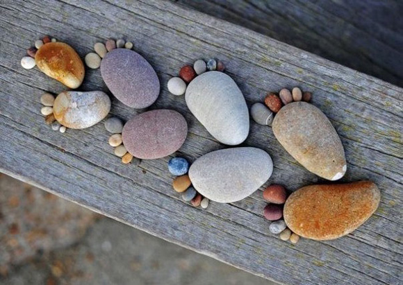 стопы из камней