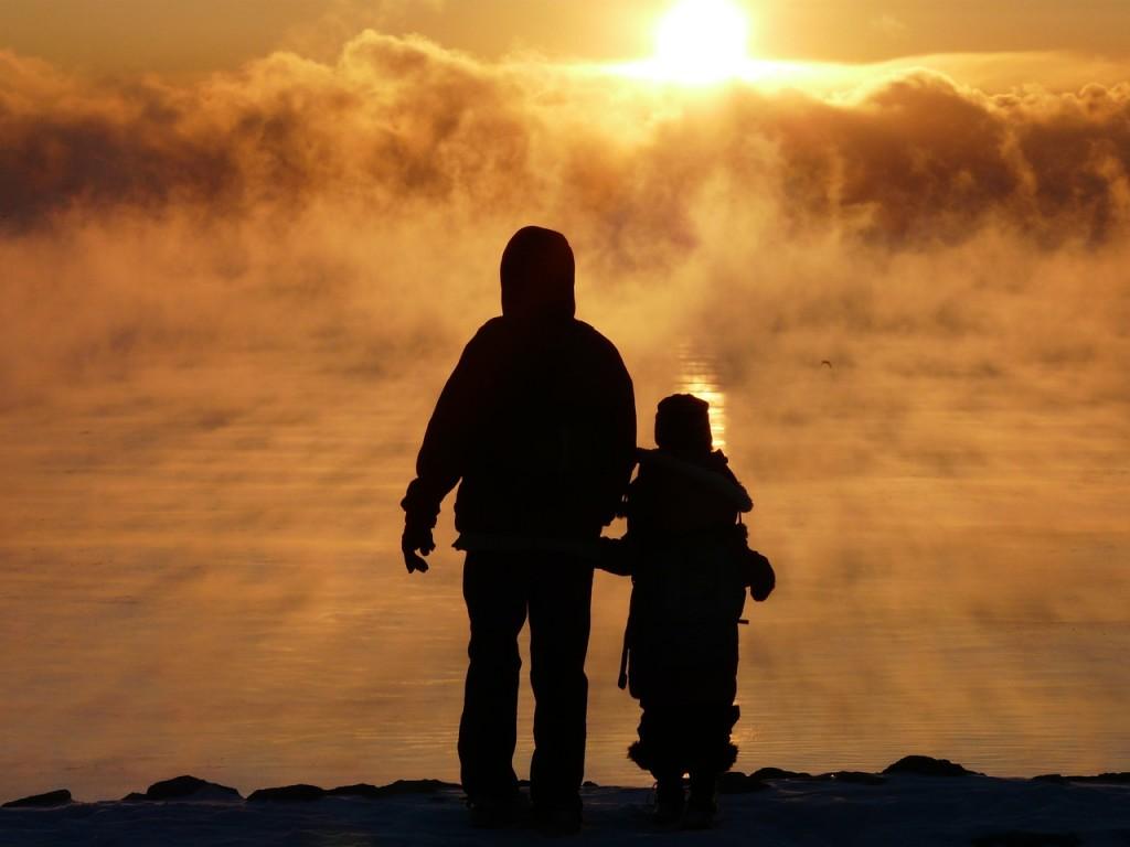 папа с сыном на закате