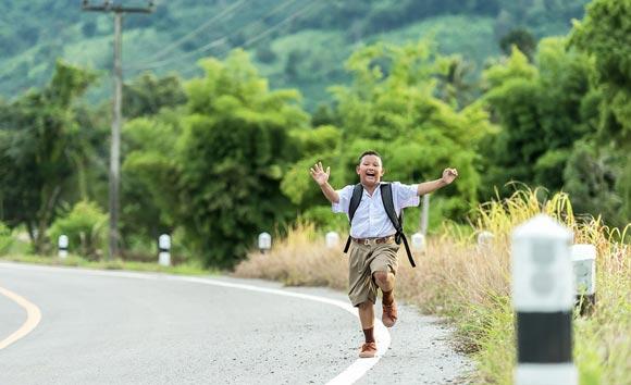 школьник бежит