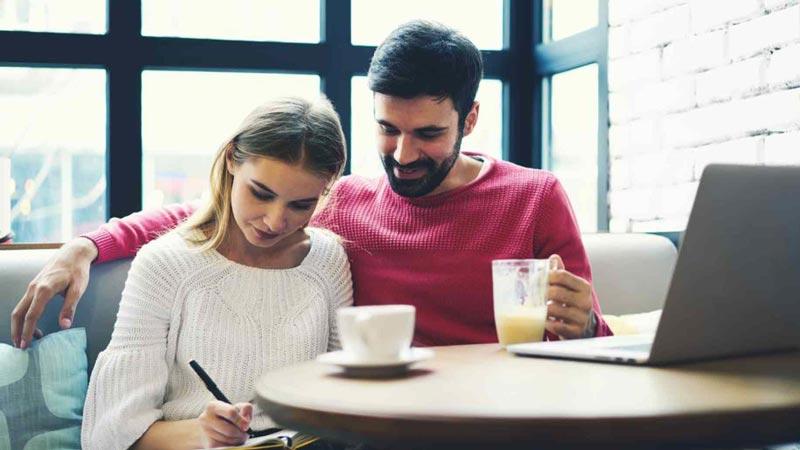 муж и жена пишут и пьют кофе