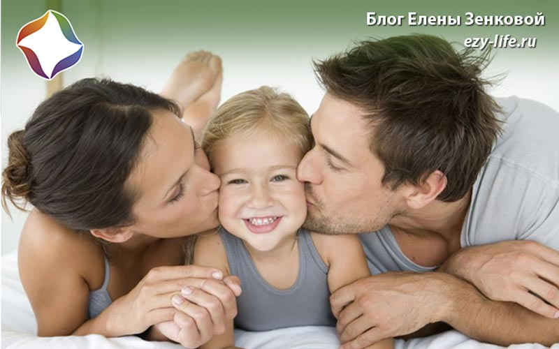 Родители целуют дочь