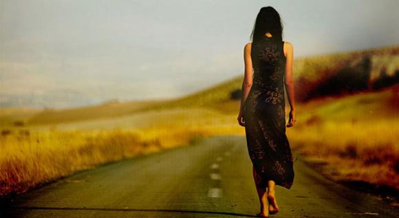 девушка на дороге