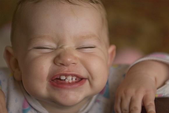 малыш показывает зубки