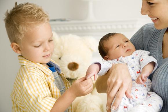 Грамотно подготовьте старшего ребенка к появлению младшего и ревность как рукой снимет