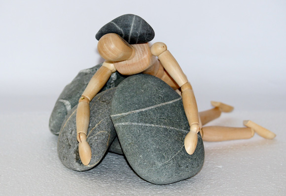 навалились камни