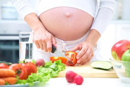 беременная готовит