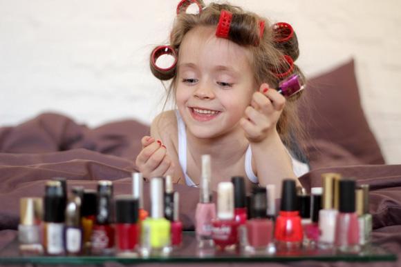 девочка красит ногти