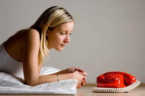 девушка у телефона
