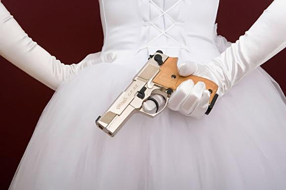 у невесты пистолет
