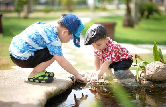 мальчики играют в ручье