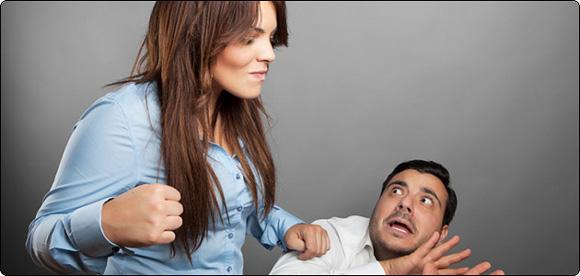 девушка бьет парня