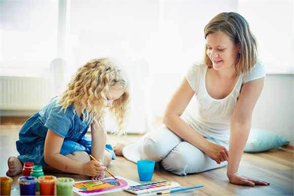 мама и дочь рисуют